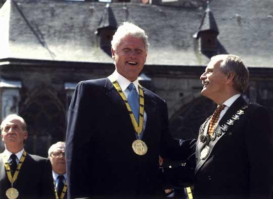 US-Präsident Bill Clinton mit dem Oberbürgermeister der Stadt Aachen